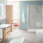 Blau und Grau mit weißer Sanitärkeramik